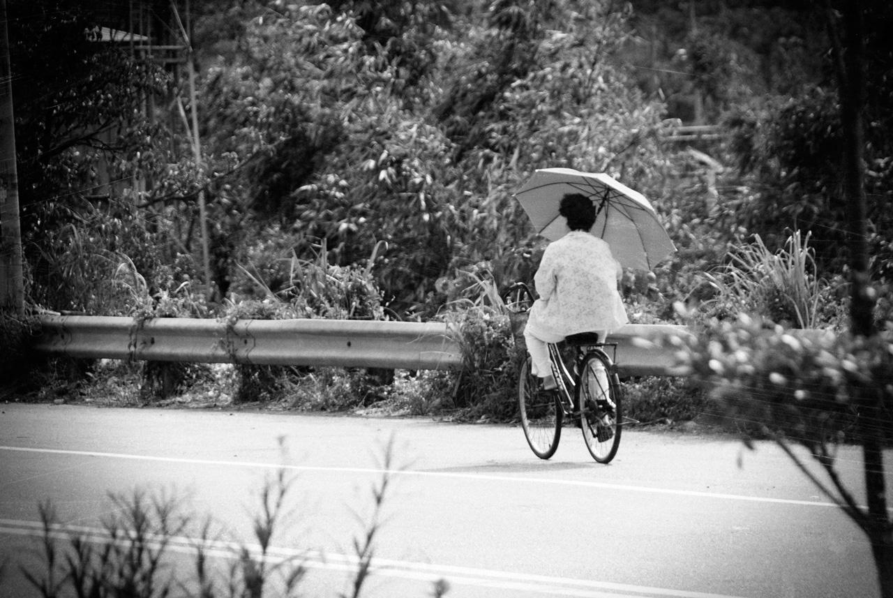 撐傘的單車阿嬤